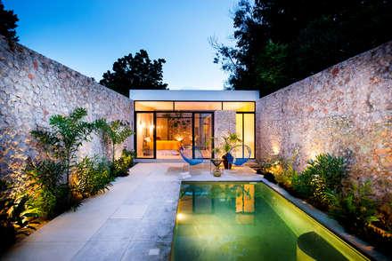 Casa FS55: Albercas de estilo moderno por Taller Estilo Arquitectura