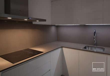 Casa M&R: Cocinas de estilo minimalista de slvr estudio