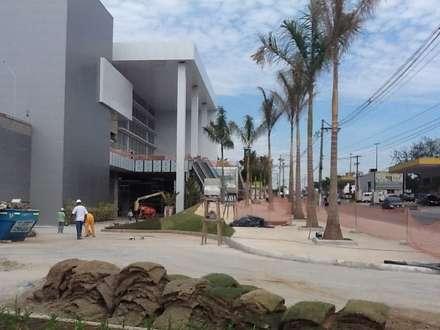 Centros comerciais  por Roncato Paisagismo e Comércio de Plantas Ltda