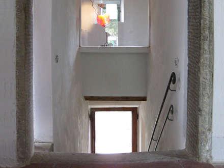 Restauro e ristrutturazione casa colonica Vicchio: Ingresso & Corridoio in stile  di DPd Delogu Pettini Architetti Associati