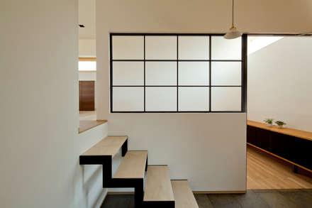 ミドリノイエ: group-scoop architectural design studioが手掛けた廊下 & 玄関です。