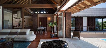 座喜味のヴィラ: 岡部義孝建築設計事務所が手掛けたダイニングです。