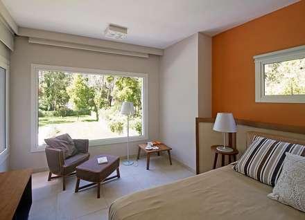 Cariló: Dormitorios de estilo moderno por Estudio Sespede Arquitectos