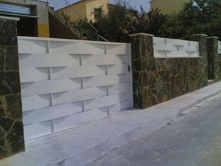 Гаражные ворота в . Автор – CIERRES METALICOS AVILA, S.L.