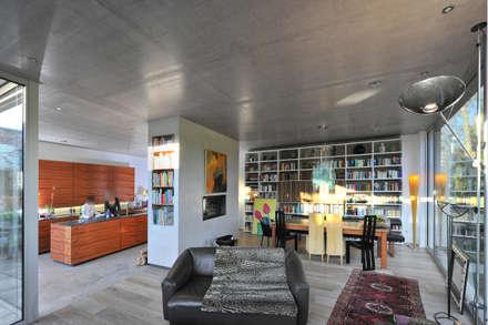 Das Atriumhaus: moderne Wohnzimmer von Architekten Spiekermann