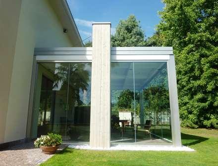 Veranda in legno: Giardino d'inverno in stile in stile Minimalista di Le Verande srls