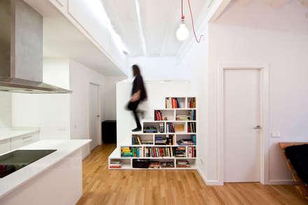 Libreria-escalera: Pasillos y vestíbulos de estilo  de Dolmen Serveis i Projectes SL