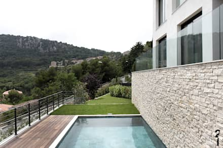 Villas R05: Piscine de style de style Moderne par 2&1