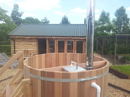 Northern lights Hot Tubs and Saunas: mediterranean Spa by Cedar Hot Tubs UK