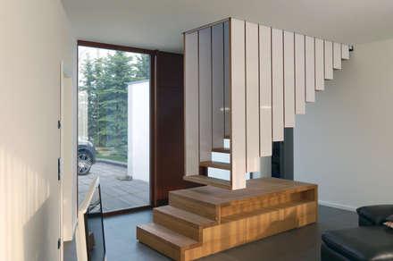 Hängende Treppe: ausgefallene Wohnzimmer von Byrnström Möbelbau