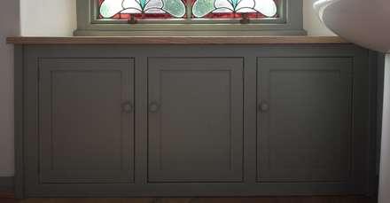 Oak Built-in Cupboard: colonial Bathroom by HOUT