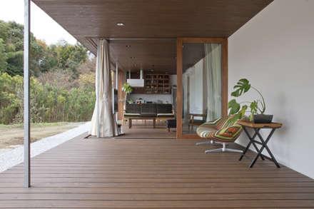 テラスをリビングダイニングと一体にした広がりのある空間: 松本匡弘建築設計事務所が手掛けた家です。