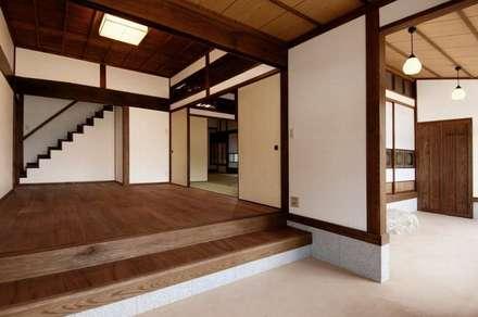 Salas de entretenimiento de estilo  por アトリエ優 一級建築士事務所