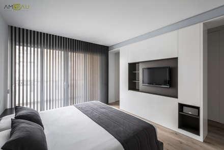 DORMITORIO PRINCIPAL: Dormitorios de estilo minimalista de ambau taller d´arquitectes