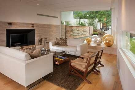 Sala familiar: Salas de estilo moderno por PLADIS