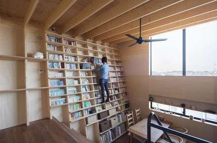 本棚: 藤井伸介建築設計室が手掛けたリビングです。