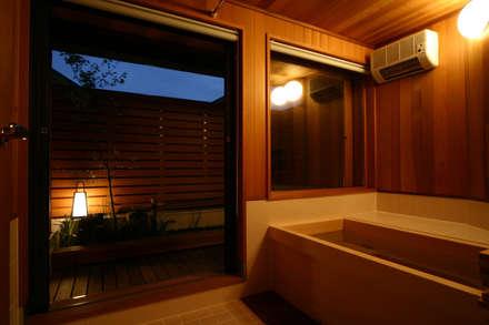 Baños de estilo rústico por 有限会社 光設計