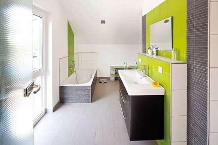 SCHÖNE AUSSICHT - frei geplantes Kundenhaus: moderne Badezimmer von FingerHaus GmbH