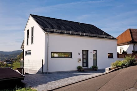 Frei geplantes Kundenhaus - Traufseite mit Eingangsbereich:  Einfamilienhaus von FingerHaus GmbH