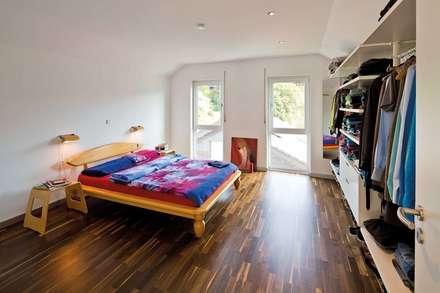 SCHÖNE AUSSICHT - frei geplantes Kundenhaus: moderne Schlafzimmer von FingerHaus GmbH
