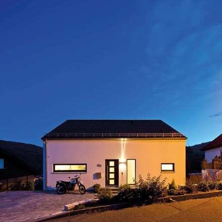Frei geplantes Kundenhaus - Nachtansicht:  Einfamilienhaus von FingerHaus GmbH