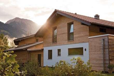 MEDLEY 210 A - Einfamilienhaus mit Holzverschalung:  Landhaus von FingerHaus GmbH