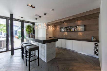 Bar natuursteen: moderne Keuken door Medie Interieurarchitectuur