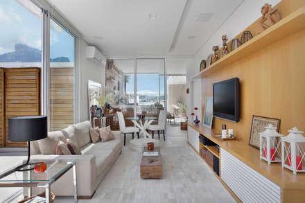Cobertura Jardim Oceânico: Salas de estar modernas por Carolina Mendonça Projetos de Arquitetura e Interiores LTDA