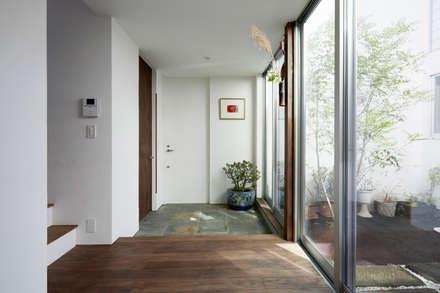 Pasillos y vestíbulos de estilo  por エトウゴウ建築設計室