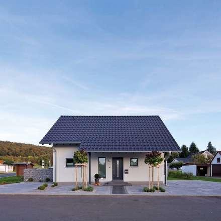 VIO 302 - Traufansicht mit dem Eingangsbereich:  Einfamilienhaus von FingerHaus GmbH