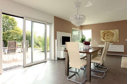 VIO 302 - Wellness Starter-Haus: moderne Esszimmer von FingerHaus GmbH
