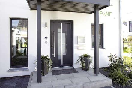 Frei geplantes Kundenhaus - Überdachter Eingangsbereich:  Haustür von FingerHaus GmbH