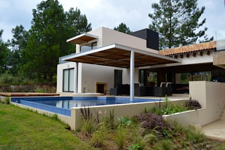 Casa en Valle de Bravo: Albercas de estilo moderno por Revah Arqs