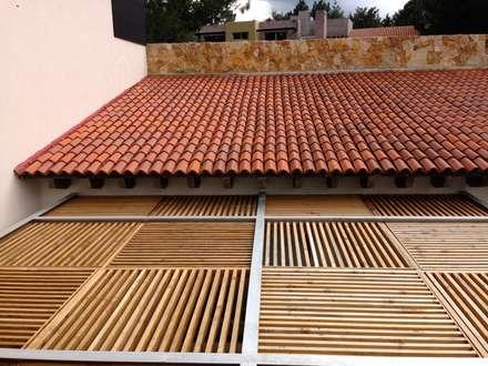 Pergola de terraza principal: Casas de estilo moderno por Revah Arqs