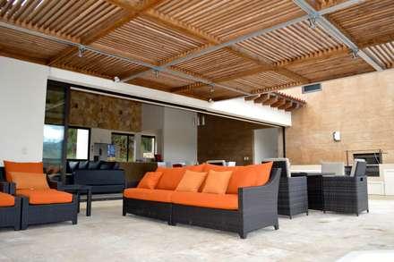 Terraza cubierta con pérgola de madera.: Terrazas de estilo  por Revah Arqs