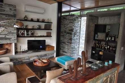PROYECTO LANFRANCO: Livings de estilo clásico por Baltera Arquitectura