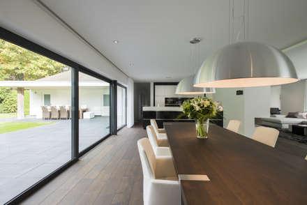 Eigentijds wonen in een rietgedekte villa: moderne Eetkamer door Lab32 architecten
