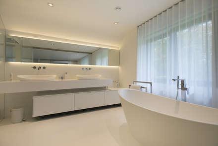 Eigentijds wonen in een rietgedekte villa: minimalistische Badkamer door Lab32 architecten