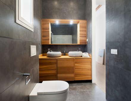 Baño en madera: Baños de estilo moderno de Markham Stagers