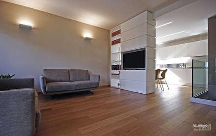 Casa in bifamiliare: Soggiorno in stile in stile Moderno di Luca Mancini | Architetto