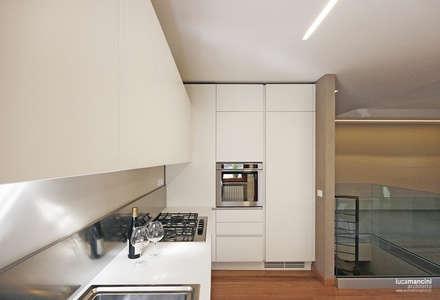 Casa in bifamiliare: Cucina in stile in stile Moderno di Luca Mancini | Architetto