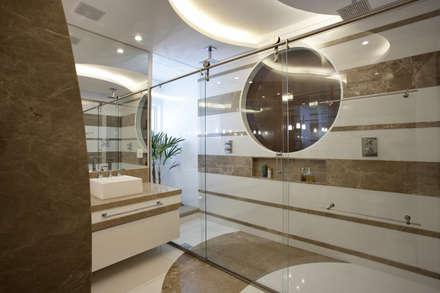 Casa Curvas no Neoclássico: Banheiros modernos por Arquiteto Aquiles Nícolas Kílaris