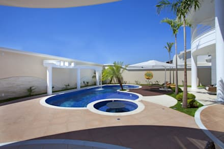 Casa Curvas no Neoclássico: Piscinas modernas por Arquiteto Aquiles Nícolas Kílaris