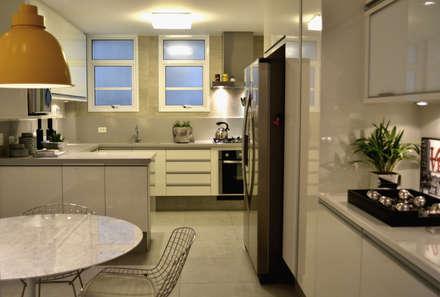 Cozinha cinza: Cozinhas minimalistas por Helô Marques Associados