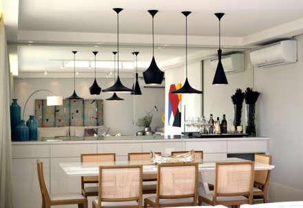 Apartamento para um jovem casal em tons de cinza: Salas de jantar modernas por Helô Marques Associados