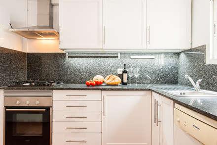 Cocina en blanco: Cocinas de estilo minimalista de Markham Stagers