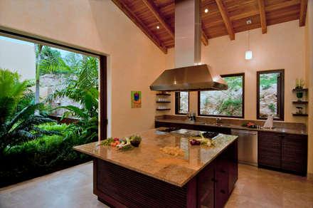 Cucina in stile in stile Tropicale di BR  ARQUITECTOS