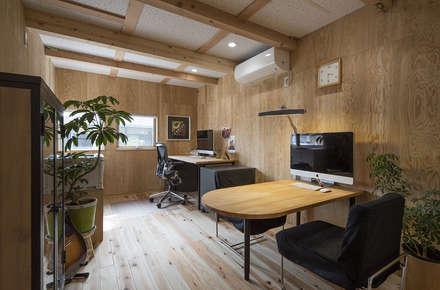 modern Media room by 株式会社建楽設計