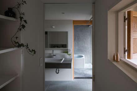 奈坪の家 / House in Natsubo: 水野純也建築設計事務所が手掛けた浴室です。