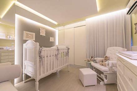 classic Nursery/kid's room by LM Arquitetura
